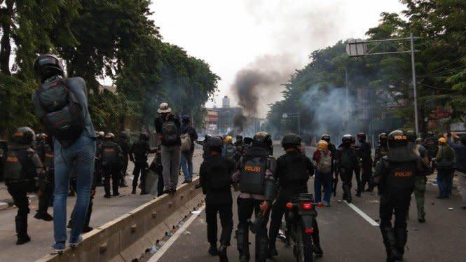 Demonstran Vs Polisi Pecah di Patung Kuda, Batu Berterbangan