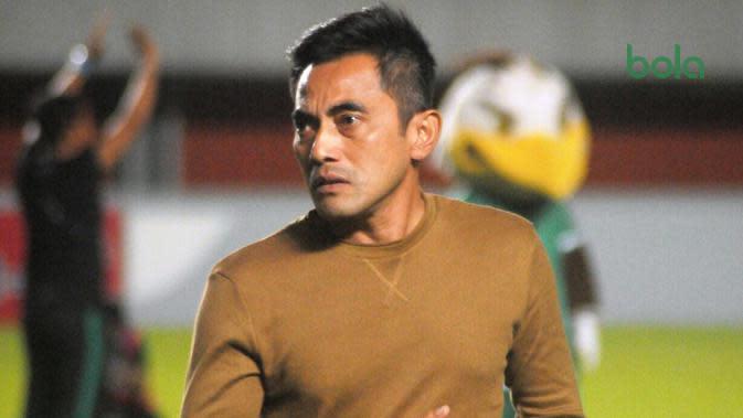 Ekspresi pelatih PSS Sleman, Seto Nurdiyantoro di tengah lapangan Stadion Maguwoharjo, usai pertandingan melawan PSM Makassar, Jumat (23/8/2019). (Bola.com/Vincentius Atmaja)