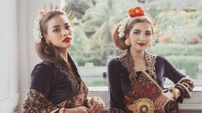Penampilan Ashanty dan Aurel tak kalah mewah dengan yang sebelumnya. Terlebih dengan riasan di wajah yang membuat mereka makin terlihat memesona. Ditambah lipstick berwarna merah merona. (Instagram/ashanty_ash)