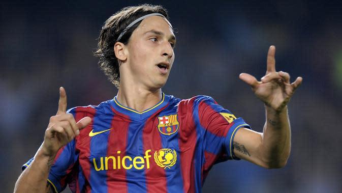 Kehebatannya di Inter Milan membuat Zlatan Ibrahimovic langsung diboyong oleh raksasa La Liga Spanyol, Barcelona. Namun kariernya mandek di negeri matador karena tidak cocok dengan strategi dari pelatih La Blaugrana, Pep Guardiola yang membuatnya dilepas ke AC Milan. (AFP/Lluis Gene)