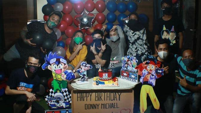 Momen ulang tahun Donny Michael yang dapat kejutan dari sang istri. (Sumber: Instagram/@donnymichael)