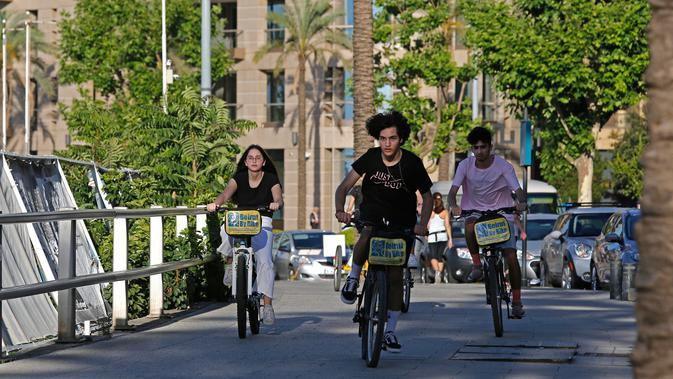 Beberapa pemuda bersepeda di Beirut, Lebanon (11/6/2020). Belakangan ini, kegiatan bersepeda menjadi aktivitas yang lazim di Lebanon, dengan semakin banyak pemuda dan pemudi melakukannya sejak pemerintah memberlakukan pembatasan guna meredam pandemi COVID-19. (Xinhua/Bilal Jawich)