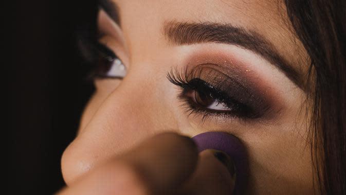 ilustrasi membersihkan kosmetik mata/pexels