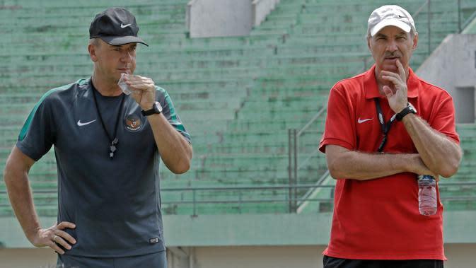 Hans-Peter Schaller dan Alfred Riedl mengamati jalannya latihan Timnas Indonesia di Stadion Manahan Solo Jawa Tengah, Minggu (25/9/2016). (Bola.com/Peksi Cahyo)