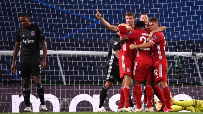 Pemain Bayern Munchen merayakan gol yang dicetak Serge Gnabry ke gawang Olympique Lyon pada semifinal Liga Champions 2019/2020 di Estadio Jose Alvalade, Kamis (20/8/2020) dini hari WIB. Bayern Munchen menang 3-0 atas Lyon. (AFP/Franck Fife/pool)