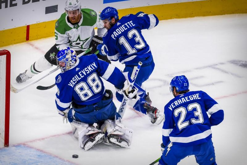 Lightning hold off Stars, tie Stanley Cup Final 1-1