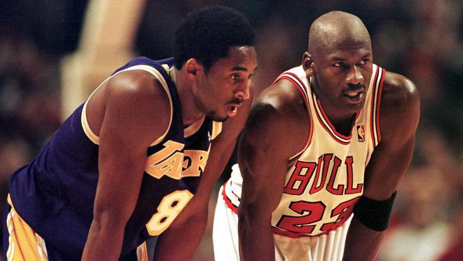 Pemain Los Angeles Lakers, Kobe Bryant menjaga pemain Chicago Bulls Michael Jordan saat bertanding pada kuartal keempat NBA di United Center di Chicago pada 17 Desember 1997. Bryant telah terpilih menjadi All-Star sebanyak 18 kali. (AFP Photo/Vincent Laforte)