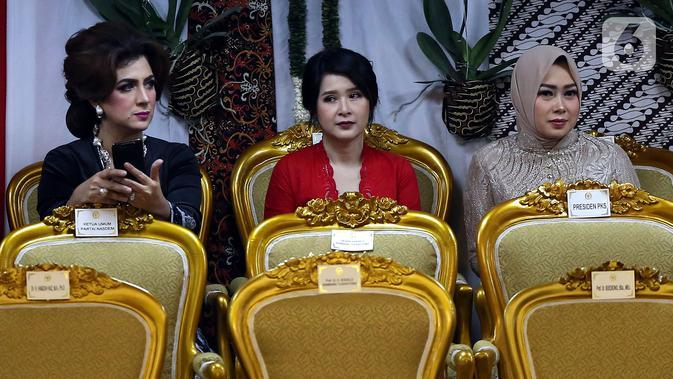 Ketua Umum Partai Solidaritas Indonesia (PSI) Grace Natalie (tengah) saat menghadiri pelantikan Presiden dan Wapres 2019 di Gedung MPR/DPR/DPD RI, Senayan, Jakarta, Minggu (20/10/2019). Jokowi-Ma'ruf Amin resmi dilantik sebagai Presiden dan Wapres RI periode 2019-2024. (Liputan6.com/Johan Tallo)