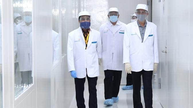 Presiden Joko Widodo atau Jokowi (kanan) meninjau fasilitas produksi dan pengemasan di PT Bio Farma, Bandung, Jawa Barat Selasa (11/8/2020). Jokowi menggunakan pakaian lengkap penelitian untuk melihat Laboratorium Bio Farma. (Foto: Biro Pers Kepresidenan)