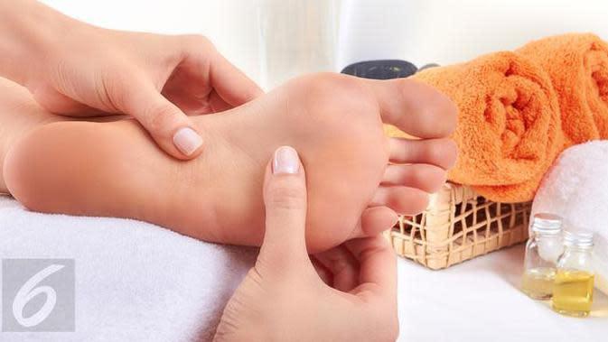 Berikut manfaat madu menjadi salah satu bahan alami yang dapat mengatasi masalah kulit kaki pecah-pecah. (Foto: iStockphoto)