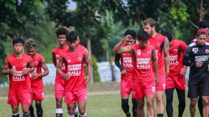 Para pemain PSM menjalani sesi latihan jelang digulirkannya kembali Shopee Liga 1 2020. (Abdi Satria/Bola.com)