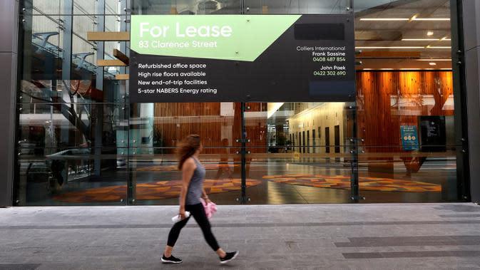 Seorang perempuan berjalan melewati tanda sewa di sebuah gedung komersial di Sydney pada Rabu (2/9/2020). Australia memasuki resesi pertama mereka sejak 1991 setelah perekonomian menyusut 7,0 persen pada kuarter kedua saat negara itu berjuang menghadapi pandemi COVID-19. (AP Photo/Rick Rycroft)