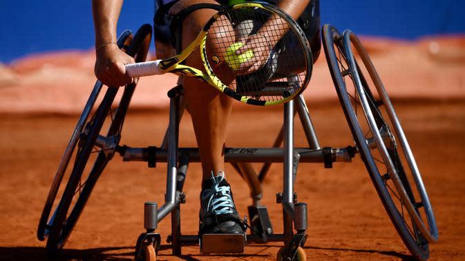 Atlet para tenis Prancis Pauline Deroulede bersiap untuk melakukan servis pada turnamen tenis kursi roda French Riviera Open edisi ke-4 di Biot, 28 September 2020. Pauline Deroulede menjadi calon Prancis pada tenis kursi roda dalam waktu kurang dari dua tahun. (FRANCK FIFE/AFP)
