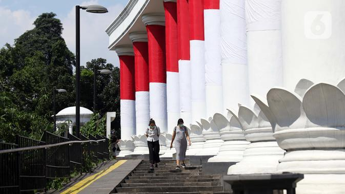 Warga melintasi pedestrian teras salapan seputaran Kebun Raya Bogor, Jawa Barat, Sabtu (19/9/2020). Sebagai upaya pencegahan penularan COVID-19, Pemkot Bogor menutup sementara pedestrian seputaran Istana dan Kebun Raya Bogor pada Sabtu dan Minggu di masa PSBMK. (Liputan6.com/Helmi Fithriansyah)