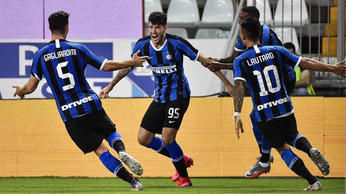 Pemain Inter Milan, Alessandro Bastoni, melakukan selebrasi usai membobol gawang Parma pada laga Serie A di Stadion Ennio Tardini, Minggu (28/6/2020). Inter Milan menang 2-1 atas Parma. (AP/Marco Alpozzi)