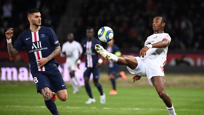 Bek Lille Gabriel dos Santos Magalhaes berusaha mengontrol bola dari kejaran penyerang PSG Mauro Icardi pada pertandingan L1 Prancis di Parc des Princes di Paris pada 22 November 2019. Gabriel secara resmi dibeli Arsenal dari Lille dengan nilai transfer 27 juta poundsterling. (AFP/Franck Fife)
