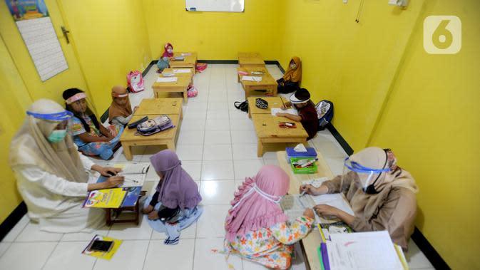 Suasana kegiatan belajar di Taman Pendidikan Al-Qur'an (TPA) Al-Muthmainnah Cinere, Depok, Rabu (1/7/2020). Jadwal murid diatur dalam beberapa sesion waktu (pagi siang sore) sebagai wajud penerapan sosial distancing dalam kelas. (merdeka.com/Arie Basuki)