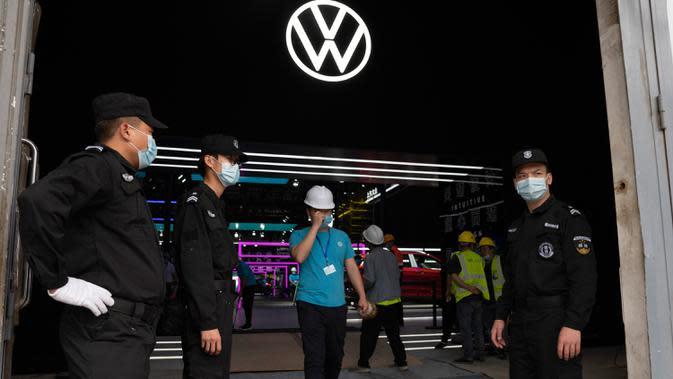 Petugas keamanan berdiri di pintu masuk ke ruang pameran yang sedang dipersiapkan menjelang Auto China 2020 di Beijing, Kamis (24/9/2020). Ajang Beijing International Automotive Exhibition 2020 (Auto China 2020) digelar mulai 26 September 2020 - 5 Oktober 2020 mendatang. (AP Photo/Ng Han Guan)