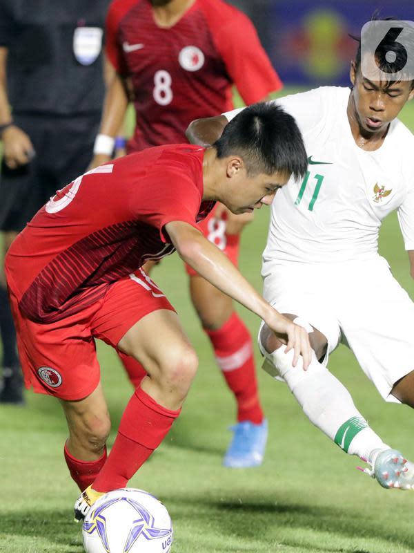 Gelandang sayap Timnas Indonesia U-19, M Supriadi (kanan) berebut bola dengan pemain Hong Kong, Wong Chun saat laga kualifikasi Grup K Piala AFC U-19 2020 di Stadion Madya Gelora Bung Karno, Jakarta, Jumat (8/11/2019). Indonesia unggul 4-0. (Liputan6.com/Helmi Fithriansyah)