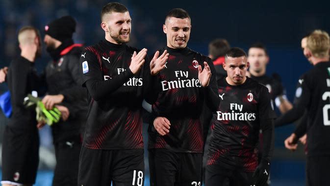 Pemain AC Milan, Ante Rebic, Mattia Caldara dan Ismael Bennacer merayakan kemenangan atas Brescia pada akhir pertandingan lanjutan kompetisi Liga Italia Serie A di Stadion Mario Rigamonti, Jumat (24/1/2020). AC Milan menang 1-0 lewat gol tunggal Ante Rebic. (MIGUEL MEDINA / AFP)