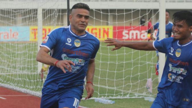 Selebrasi gol yang Cristian Gonzales ke gawang Madura FC di Stadion Mandala Krida, Yogyakarta, Senin (23/9/2019). (Bola.com/Vincentius Atmaja)