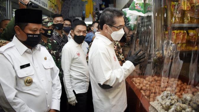 Wagub Jabar Uu Ruzhanul Ulum mendampingi Menteri Perdagangan Agus Suparmanto meninjau penerapan protokol kesehatan bagi pengunjung dan pedagang dalam masa Adaptasi Kebiasaan Baru (AKB) di Pasar Atas Baru (PAB), Kota Cimahi, Kamis (13/8/2020). (Foto: Humas Jabar)