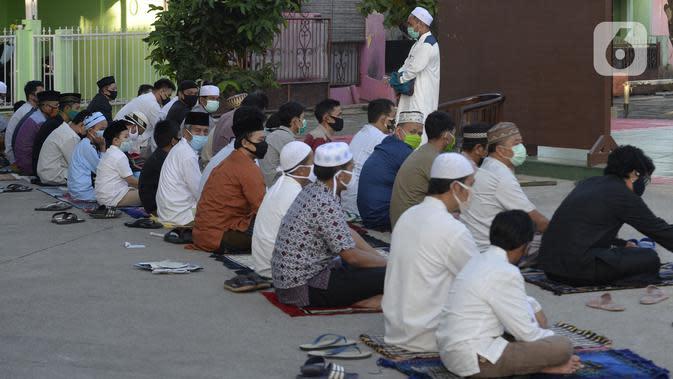 Imam menyampaikan khotbah saat pelaksanaan salat Idul Fitri berjemaah di pelataran Masjid Al Kahfi Griya Pamulang 2, Parakan, Pamulang, Tangerang Selatan, Banten, Minggu (24/5/2020). Di tengah pandemi COVID-19, jemaah yang hadir mengenakan masker untuk mencegah penularan. (merdeka.com/Dwi Narwoko)