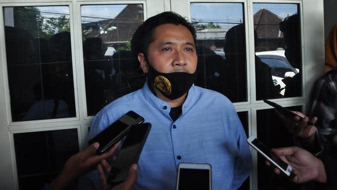 Media Officer Arema, Sudarmaji saat memberikan keterangan perkembangan pengaturan ulang kontrak pemain. (Iwan Setiawan/Bola.com)