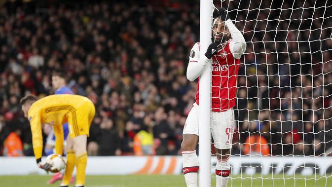Ekspresi penyerang Arsenal, Alexandre Lacazette usai pertandingan melawan Olympiakos pada leg kedua babak 32 besar Liga Europa di stadion Emirates, London, Kamis (27/2/2020). Olympiakos menang 2-1 dan lolos dengan unggul agregat gol tandang 2-2. (AP Photo/Frank Augstein)