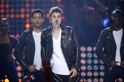 Justin Bieber Continues Performance After Losing Power At Apollo