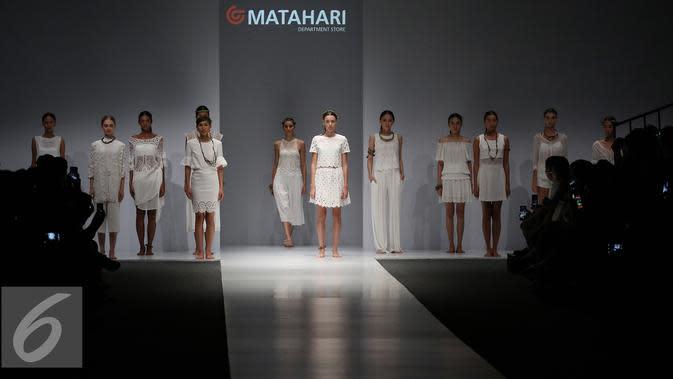 Model membawakan busana rancangan matahari department store di Jakarta Fashion Week (JFW) 2016, Senayan City, Jakarta (27/10). Matahari menawarkan tren terkini untuk kategori pakaian dan mode, produk-produk kecantikan. (Liputan6.com/Herman Zakharia)