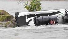 成龍拍戲驚傳溺水!摩托車翻覆「整個人被壓住」 消失45秒急哭導演