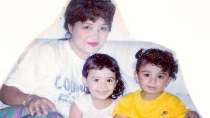 Shireen dan Zaskia bersama ibunda tercintanya, Fenny Bauty. Selain dikenal sebagai bintang film dan sinetron, ibunda Shireen dan Zaskia ini juga pernah merilis beberapa karya di musik. (Instagram/shireensungkar)