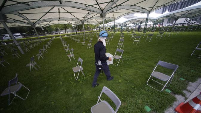 Pekerja berjalan melewati kursi-kursi untuk Upacara Peringatan Perdamaian di Museum Peringatan Perdamaian Hiroshima, Hiroshima, Jepang, Selasa (4/8/2020). Kota Hiroshima akan memperingati 75 tahun pemboman atom oleh Amerika Serikat pada 6 Agustus 2020. (AP Photo/Eugene Hoshiko)