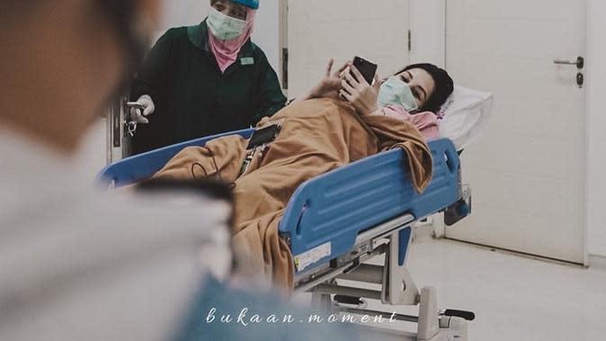 Momen melahirkan anak keempat Mona Ratuliu. (Sumber: Instagram/monaratuliu)