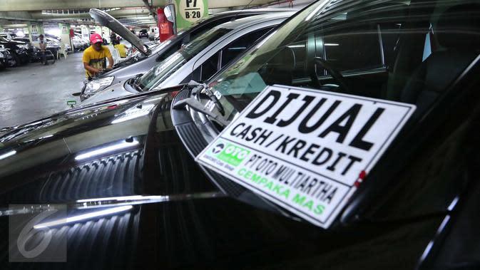 Aktivitas tempat penjualan mobil bekas di kawasan WTC Mangga Dua, Jakarta, Jumat (10/6). Sedangkan harga mobil bekas mengalami penurunan di bulan Ramadan tahun ini. (Liputan6.com/Angga yuniar)