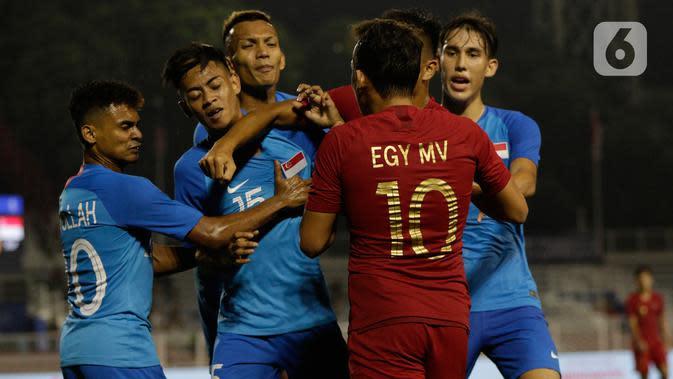 Gelandang Timnas Indonesia U-22, Egy Maulana, bersitegang dengan pemain Timnas Singapura U-22 dalam pertandingan Grup B SEA Games 2019 di Stadion Rizal Memorial, Manila, Kamis (28/11/2019). Indonesia menang dengan skor 2-0 atas Singapura. (Bola.com/M Iqbal Ichsan)