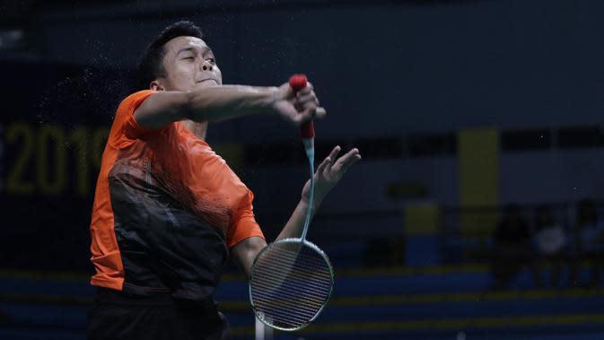 Tunggal putra Indonesia, Anthony Ginting, mengembalikan kok saat melawan Soong Joo Ven pada final beregu SEA Games 2019 di Multinlupa Sport Center, Rabu (4/12). Ginting menang 13-21, 21-15, dan 21-18. (Bola.com/M Iqbal Ichsan)