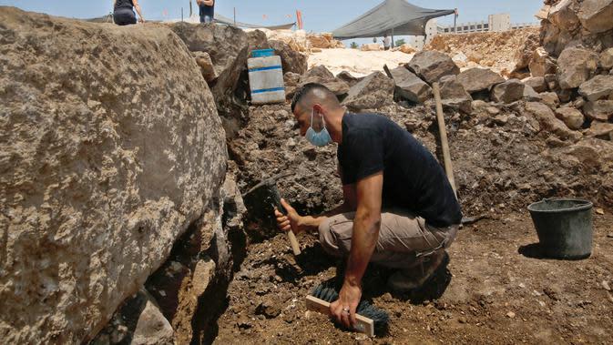 Tim arkeolog bekerja di sebuah situs penggalian di Yerusalem (22/7/2020). Tim arkeolog Israel menemukan pusat penyimpanan administratif berusia 2.700 tahun di Yerusalem, kata Otoritas Kepurbakalaan Israel (Israel Antiquities Authority/IAA) pada Rabu (23/7). (Xinhua/Gil Cohen Magen)