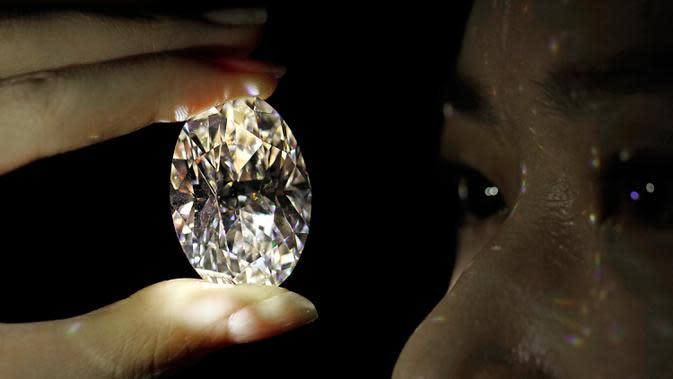 Berlian putih 102,39 karat, yang dikenal sebagai warna D, tanpa cela dipamerkan di ruang lelang Sotheby di Hong Kong, Senin (28/9/2020). Sotheby's mengatakan salah satu berlian terlangka di dunia ini adalah berlian oval terbesar kedua dari jenisnya yang ditawarkan di pelelangan (AP Photo/Vincent Yu)