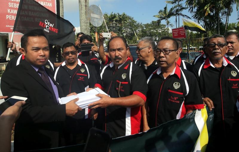 Pertubuhan Rangkaian Organisasi (PRO) 98 Reformis Perak chairman Ahmad Shaarani Abdul Khalid hands over a memorandum to the mentri besar's special assistant Mohd Jaffrey Mohd Zainol in Ipoh November 20, 2019. — Picture by Farhan Najib