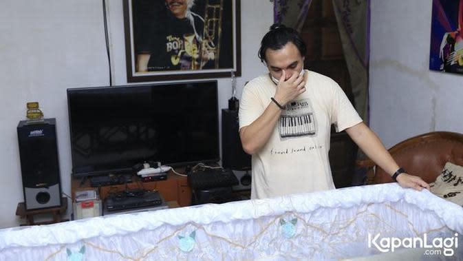 Suasana rumah duka Benny Likumahuwa, Barry Likumahuwa tampak sedih. (Sumber: KapanLagi)