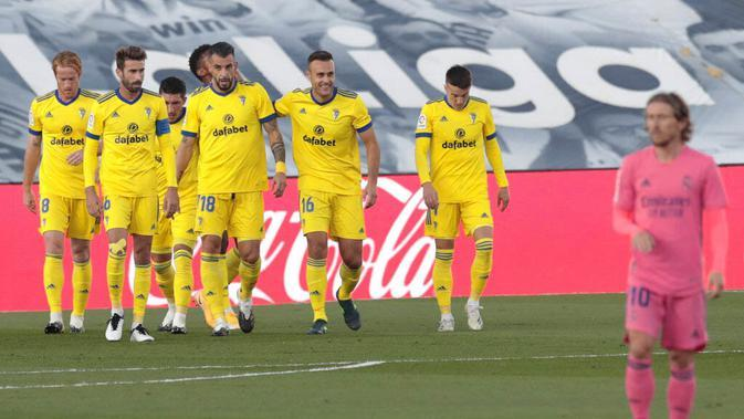 Para pemain Cadiz merayakan gol yang dicetak oleh Anthony Lozano ke gawang Real Madrid pada laga Liga Spanyol di Stadion Alfredo Di Stefano, Minggu (18/10/2020). Real Madrid takluk dengan skor 1-0. (AP/Bernat Armangue))
