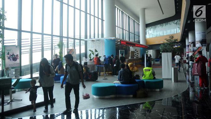 Calon penumpang bersiap masuk kapal penyeberangan eksekutif di Pelabuhan Eksekutif Sosoro, Merak, Banten, Minggu (2/6/2019). Untuk menambah pelayanan dan kenyamanan, ASDP membuka terminal penyeberangan yang menyatu dengan tempat perbelanjaan. (Liputan6.com/Helmi Fithriansyah)