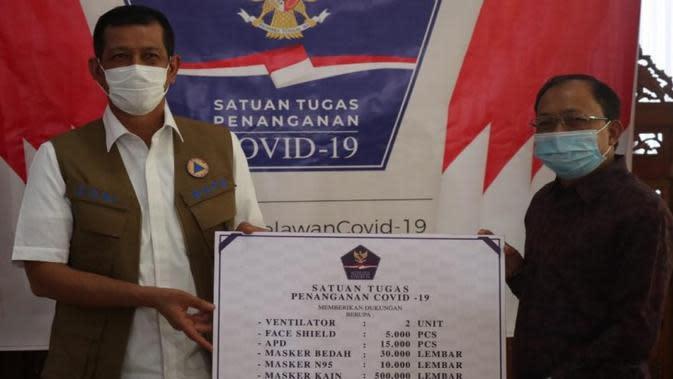 Ketua Satgas COVID-19 Doni Monardo memberikan bantuan simbolis penanganan COVID-19 Bali dalam rapat koordinasi bersama Provinsi Bali di Denpasar, Jumat (9/10/2020). (Badan Nasional Penanggulangan Bencana/BNPB)