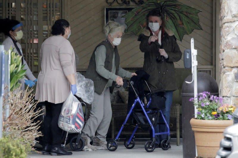 Penyintas dari wabah di panti jompo di Seattle pulang ke rumah