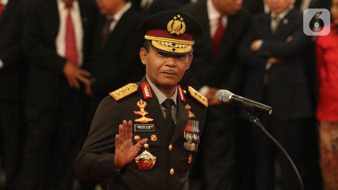 Komjen Pol Idham Azis melambaikan tangan kepada wartawan saat upacara pelantikannya sebagai Kapolri di Istana Negara, Jakarta, Jumat (1/11/2019). Idham Azis dilantik menjadi Kapolri menggantikan Tito Karnavian yang diangkat menjadi Mendagri. (Liputan6.com/Angga Yuniar)