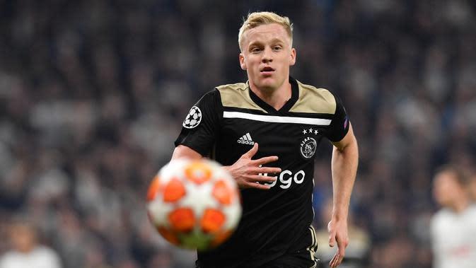 Aksi gelandang Ajax, Donny van de Beek pada leg 1, Semifinal Liga Champions yang berlangsung di Stadion Tottenham Hotspur, London, Rabu (1/5). Ajax menang 1-0 atas Tottenham Hotspur. (AFP/Emmanuel Dunand)