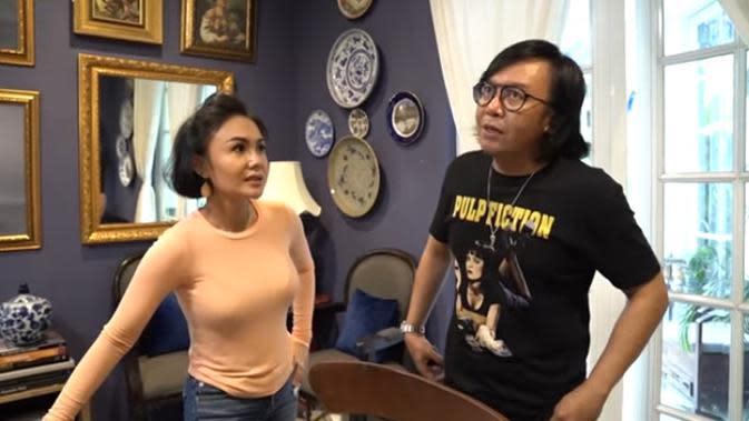 Tidak hanya sampai di situ, bahkan, presenter kondang itu memblokir nomor kontak pria yang ada di handphone Yuni Shara. (Youtube/ARI LASSO TV)