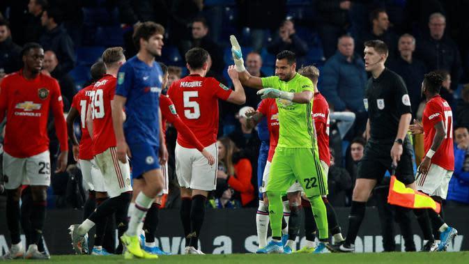 Kiper Manchester United, Sergio Romero berselebrasi dnegan rekannya, Harry Maguire pada akhir babak keempat Carabao Cup di Stamford Bridge, Rabu (30/10/2019). MU melaju ke perempat final Carabao Cup setelah membekuk Chelsea 2-1. (AP/Ian Walton)